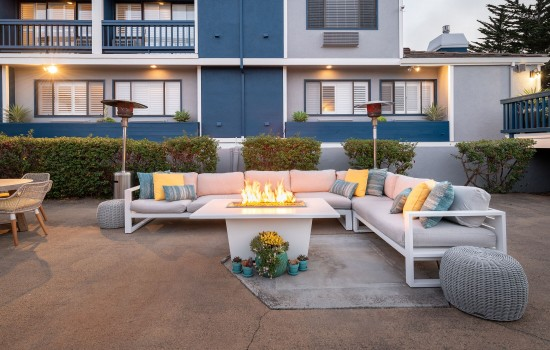 Welcome To Mariposa Inn & Suites - Outdoor Poolside Seating